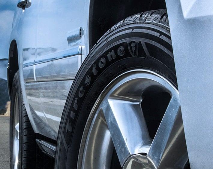 带有费尔斯通目的地亚博棋牌炸金花轮胎的汽车